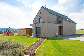 La maison de vacances à ossature bois possède des murs de 40 cm remplis de cellulose