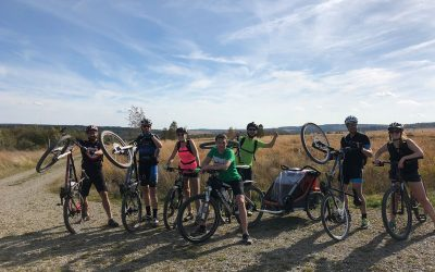 Randonnée à vélo dans les Fagnes avec une remorque pour enfant