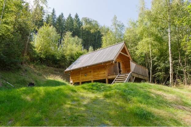Cabane de vacances authentique pour couple en plein bois for Gite insolite