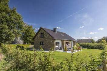 Maison villageoise transformée en gîte pour accueillir 9 personnes à Waimes.