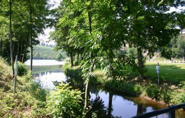 La vallée du lac et sa plaine de jeux à Neufchâteau-Sports et loisirs à Province du Luxembourg